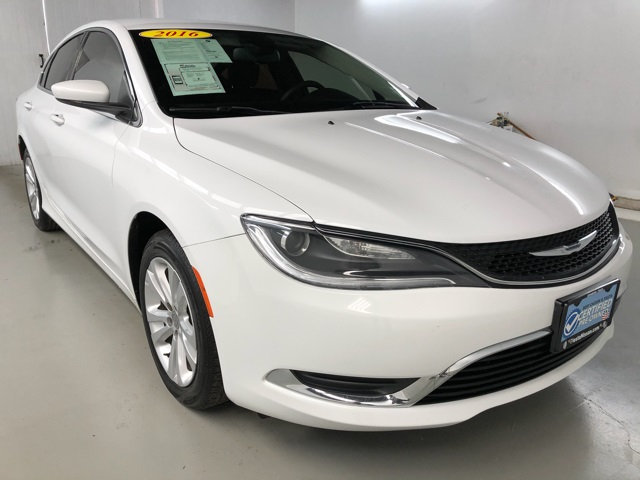 PRE-OWNED 2016 CHRYSLER 200 LIMITED FWD 4D SEDAN